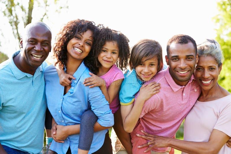 Multi Generations-Afroamerikaner-Familie, die im Garten steht lizenzfreies stockbild
