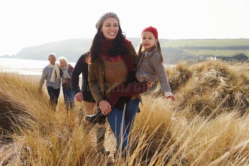 Multi Generations-Familie in den Sanddünen auf Winter-Strand lizenzfreie stockfotos