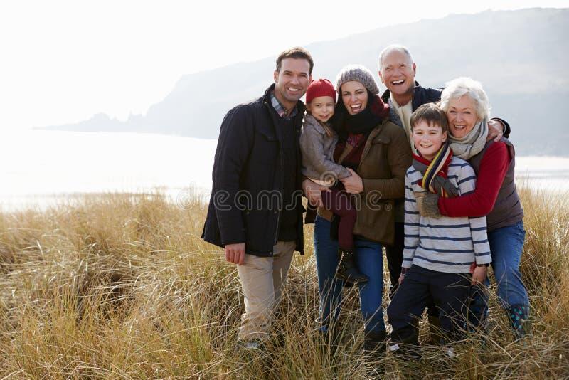 Multi Generations-Familie in den Sanddünen auf Winter-Strand stockbild