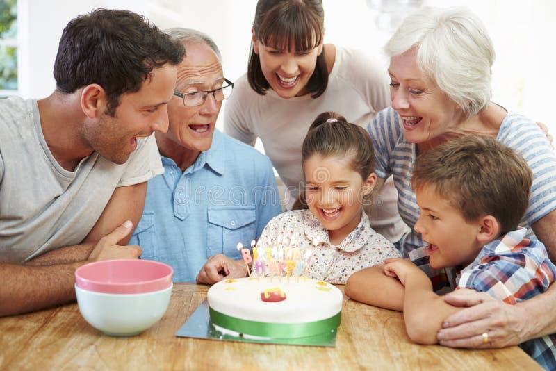 Multi Generations-Familie, die den Geburtstag der Tochter feiert lizenzfreie stockfotografie