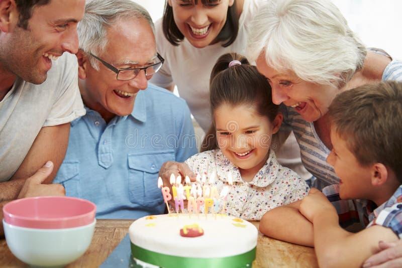 Multi Generations-Familie, die den Geburtstag der Tochter feiert stockbilder