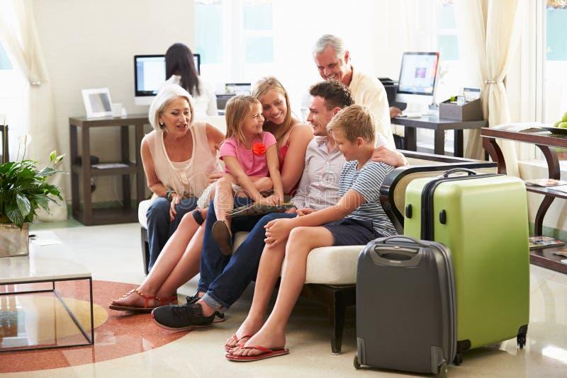 Multi Generations-Familie, die in der Hotel-Lobby ankommt stockfotografie