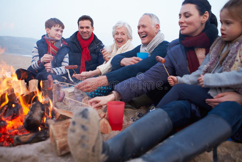 Multi Generations-Familie, die Grill auf Winter-Strand hat stockbilder
