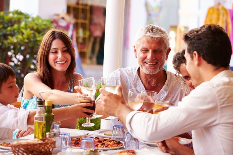 Multi Generations-Familie, die Mahlzeit Restaurant am im Freien isst stockbild