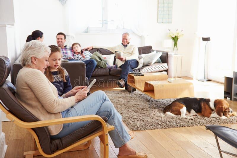 Multi Generations-Familie, die sich zu Hause zusammen entspannt lizenzfreies stockfoto