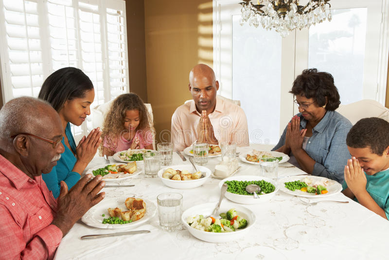 Multi Generations-Familie, Die Zu Hause Anmut Sagt Lizenzfreies Stockfoto