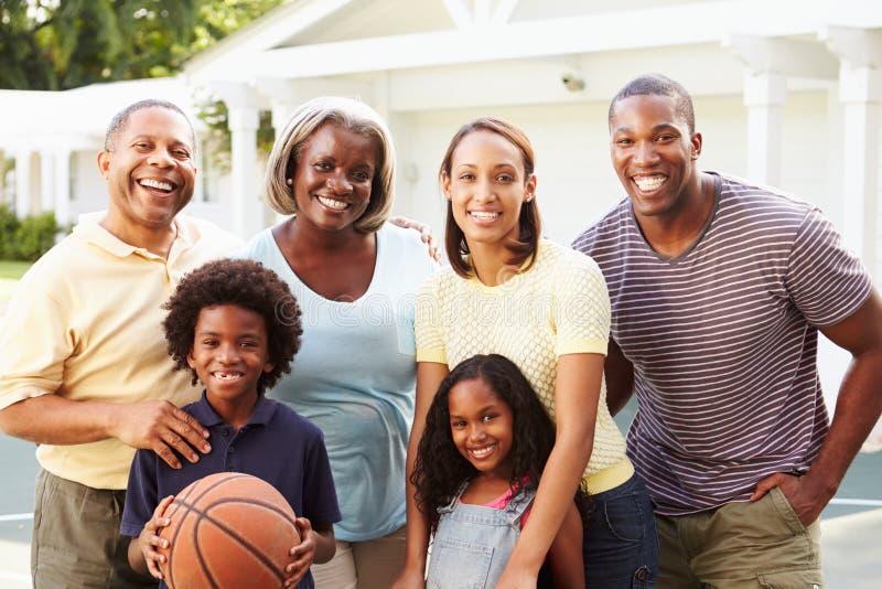 Multi Generations-Familie, die zusammen Basketball spielt stockfoto