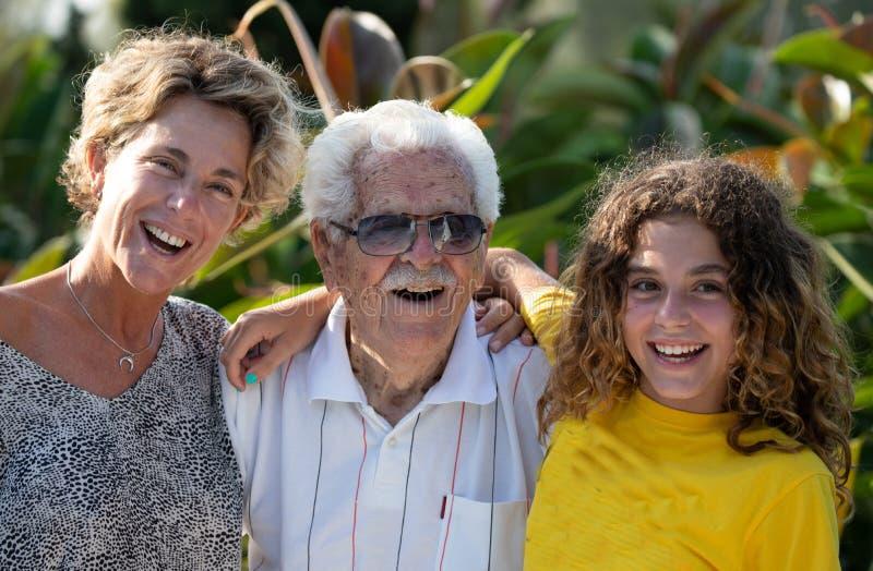 Multi-Generations-A Familie, Großvater, Enkelin, Urgroßvater und Großenkelin stockbilder