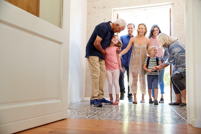 Multi Generations-Familie mit den Enkelkindern, die zu Hause Großeltern besuchen stockfotos