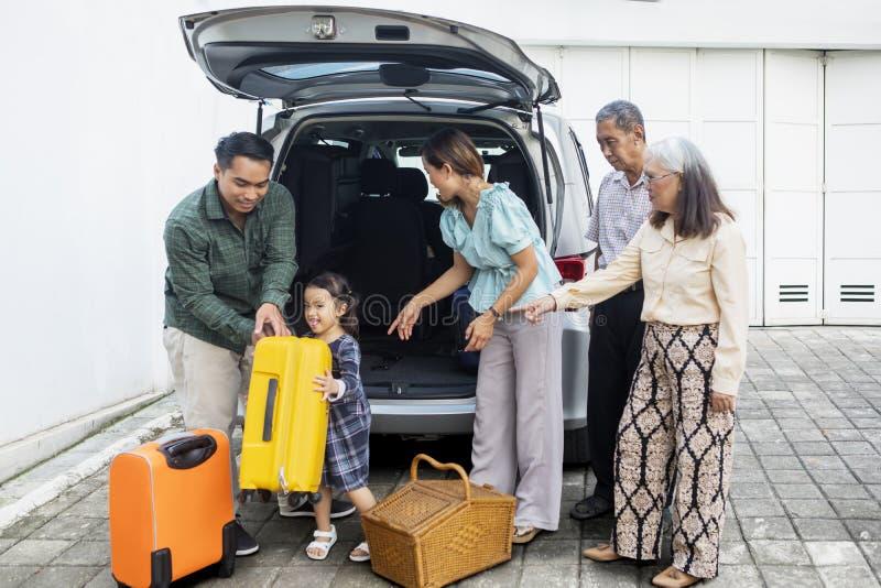 Multi Generationsfamilie bereit auszulösen lizenzfreie stockbilder