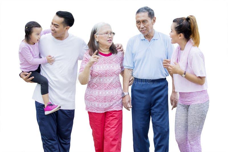 Multi Generationsfamilie, die auf Studio plaudert lizenzfreies stockfoto