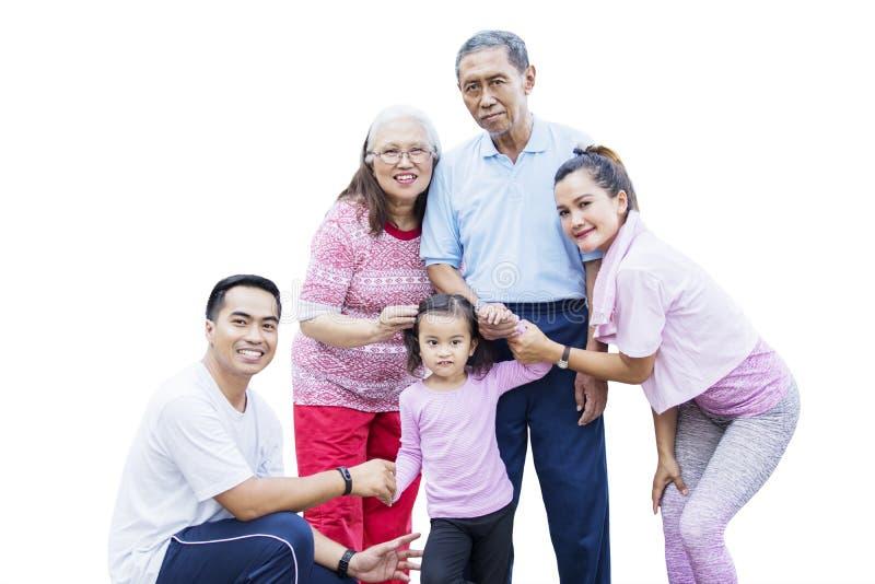Multi Generationsfamilie, die an der Kamera lächelt stockfotos