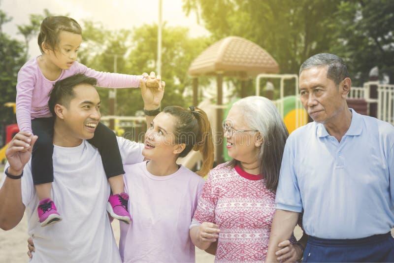 Multi Generationsfamilie, die im Park plaudert lizenzfreies stockfoto