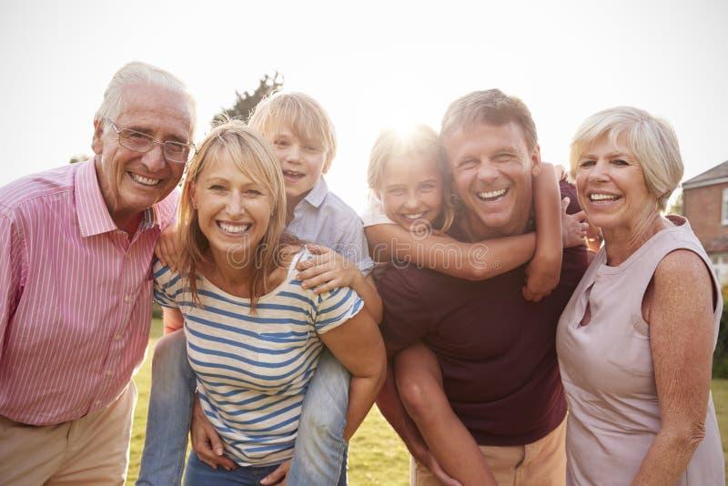 Multi Generationsfamilie im Gartenlächeln zur Kamera, Abschluss oben lizenzfreie stockfotografie