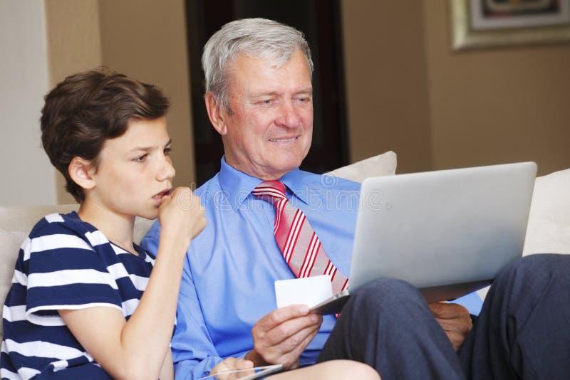 Multi geração que compra em linha imagem de stock royalty free
