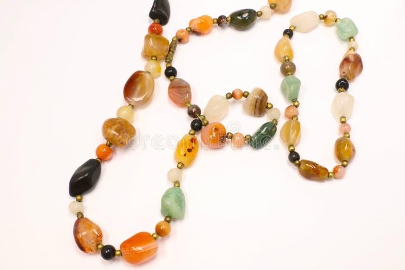 Multi gioielli colorati della collana e del braccialetto fatti della pietra naturale fotografie stock libere da diritti