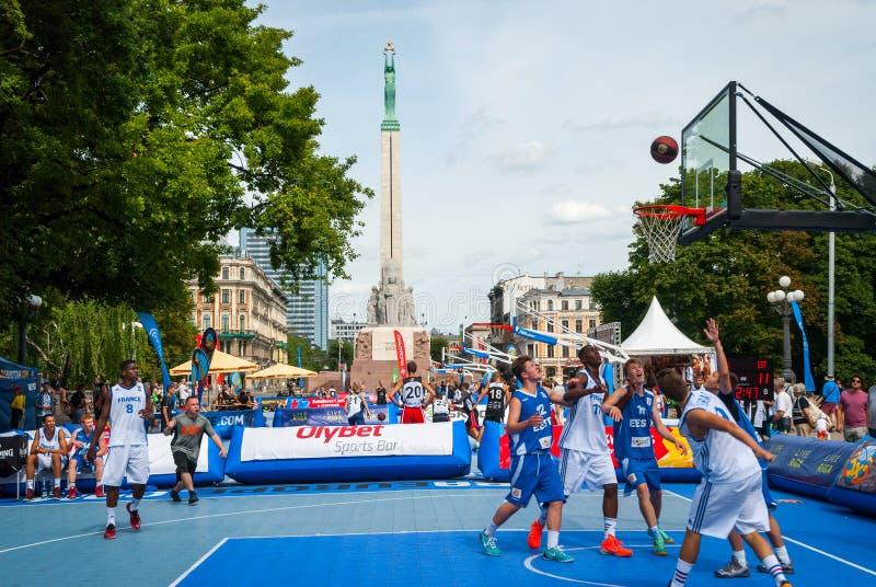 Multi gruppo razziale che gioca pallacanestro immagini stock libere da diritti