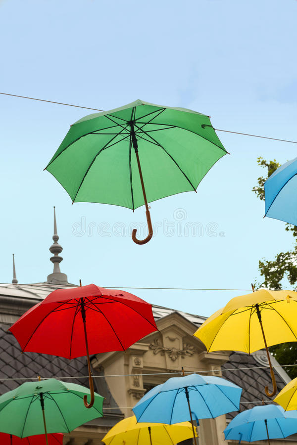 Multi guarda-chuvas coloridos contra o céu azul imagem de stock