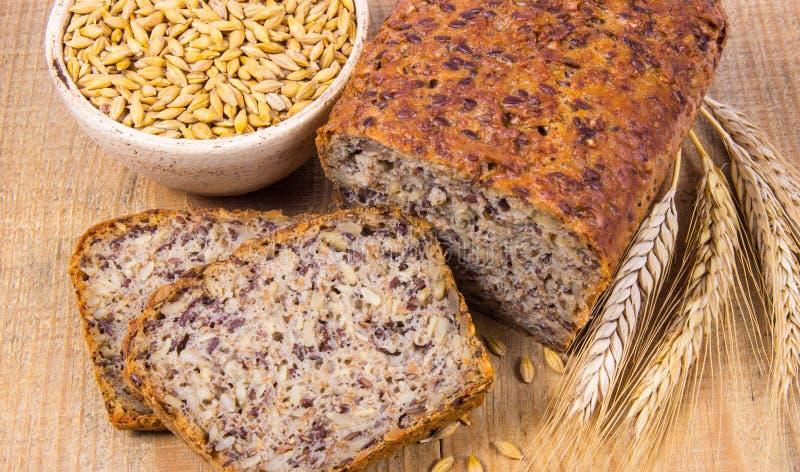 Multi-korrelbrood op een houten achtergrond Gezond voedselconcept stock afbeeldingen