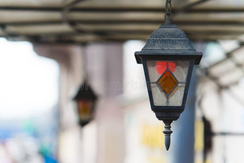 Multi lampada di via d'attaccatura classica colorata all'esterno fotografia stock