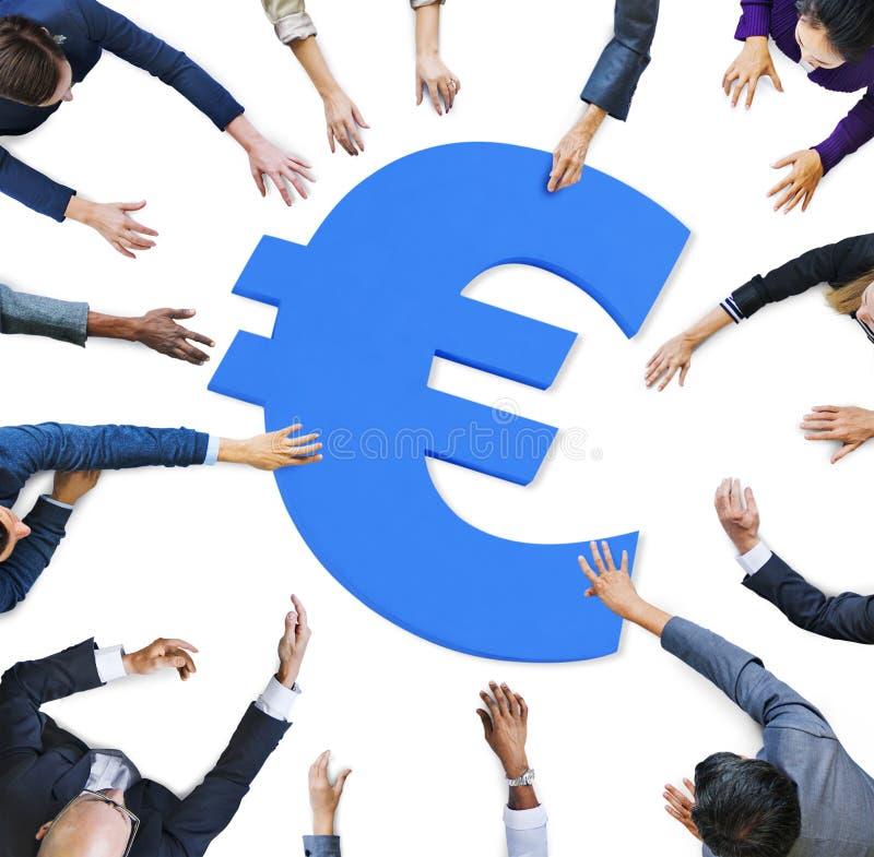 Multi mãos da afiliação étnica em torno do sinal de moeda fotografia de stock