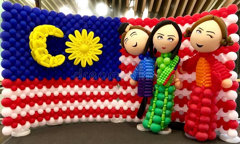Multi malaio cultural com bandeira atrás fotografia de stock