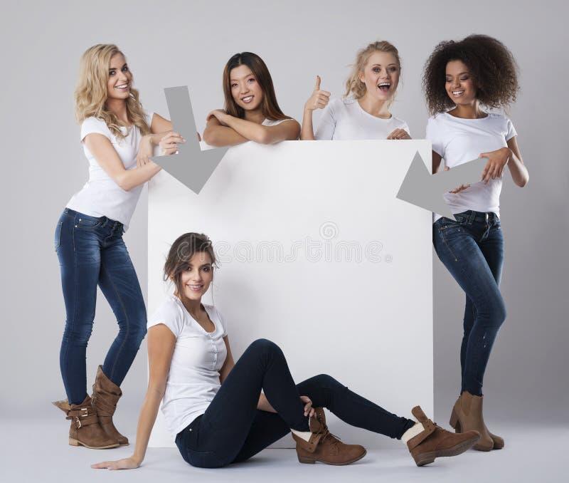 Multi mulheres étnicas com placa vazia imagens de stock