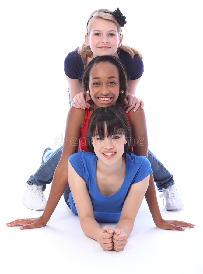 Multi pólo de totem humano étnico feliz dos amigos de menina fotografia de stock