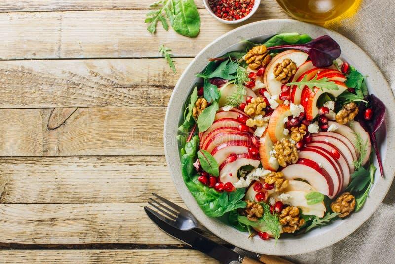 Multi placa de salada saudável dos verdes com maçã, noz, romã, queijo foto de stock