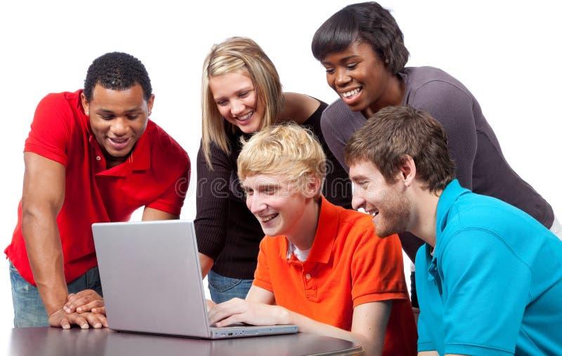 Multi-racial studenten rond een computer royalty-vrije stock foto