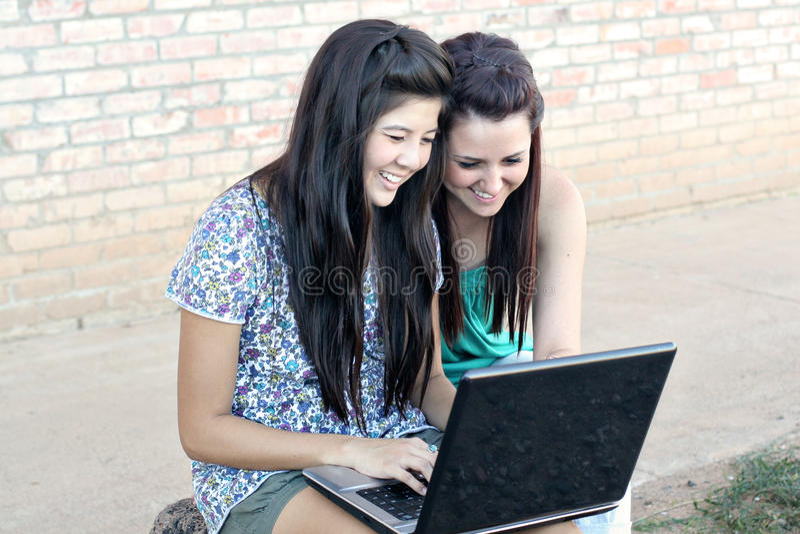 Multi-racial tieners op laptop royalty-vrije stock fotografie