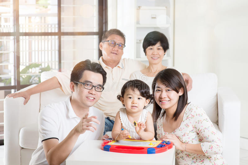 Multi rilassamento asiatico della famiglia della generazione immagini stock