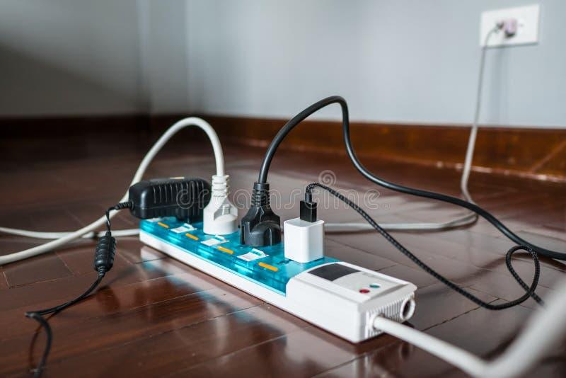 Multi-Sockel Energie-Streifen mit einem Bündel Steckern auf ihm lizenzfreies stockbild