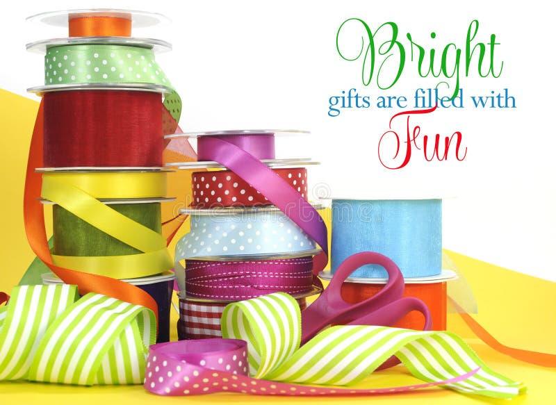 Multi spostamento di regalo luminoso di colore fotografia stock