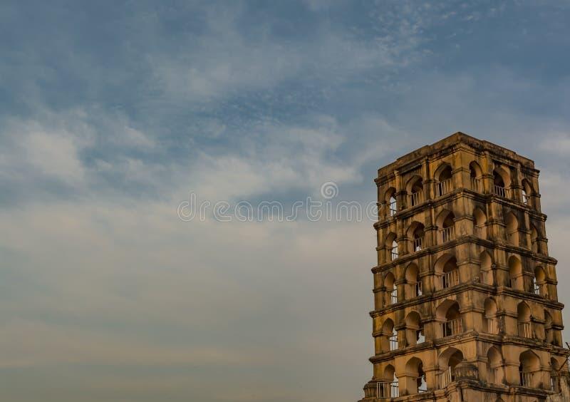 Multi--storay Turm an Thanjavur-Palast - Glättung von Ansicht mit Hintergrund des blauen Himmels stockfoto