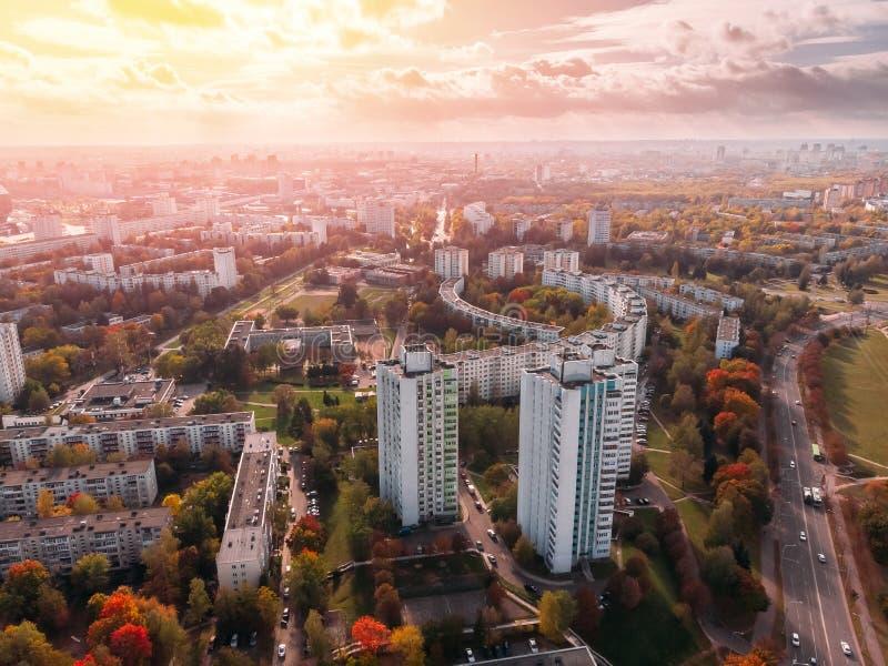 Multi-storey διαμερίσματα αισθητικής που αναμιγνύονται με τα κιτρινίζοντας δέντρα φθινοπώρου Μινσκ, Δημοκρατία της Λευκορωσίας εν στοκ εικόνα