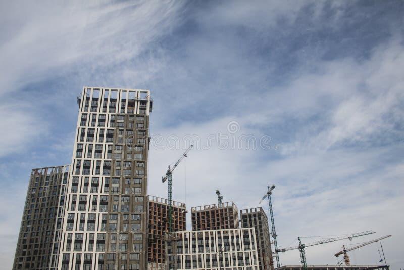 Multi-storey κτήρια πολυόροφων κτιρίων κάτω από την οικοδόμηση Γερανοί πύργων που χτίζουν πλησίον Δραστηριότητα, αρχιτεκτονική στοκ εικόνα