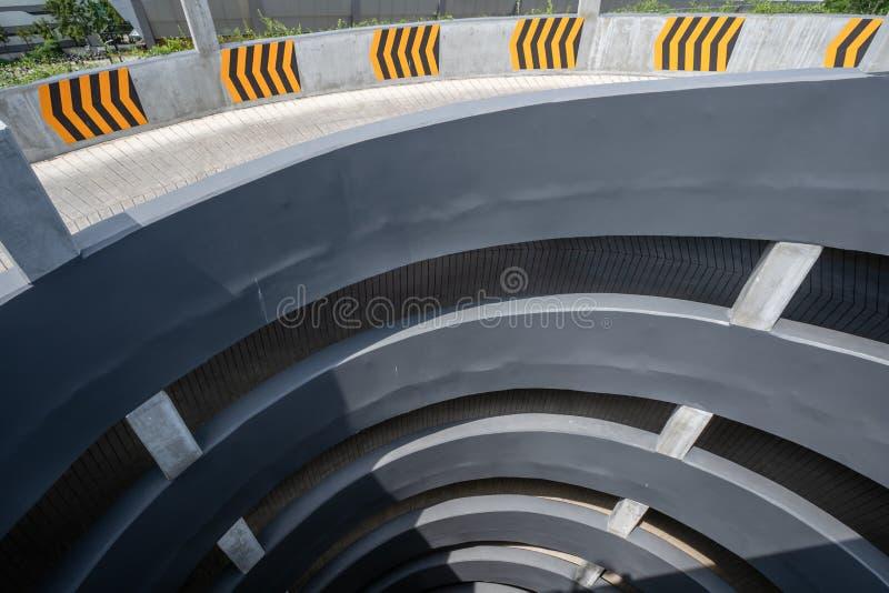 Multi-storey bilparkering Rund ramp i det mång- jämna parkera garaget, bästa sikt royaltyfria bilder