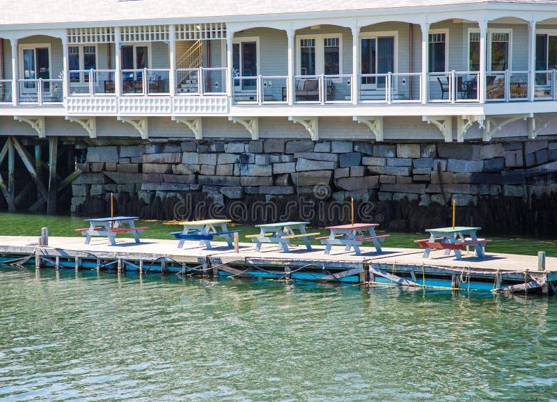 Multi tabelas de piquenique coloridas em Pier Beneath Hotel imagem de stock