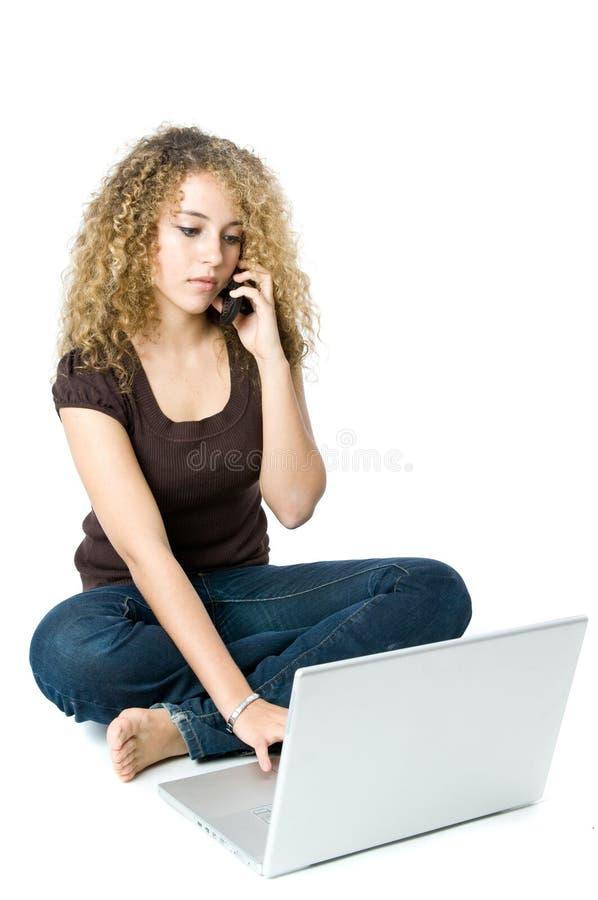 Multi-tasking op de telefoon en de computer stock afbeelding