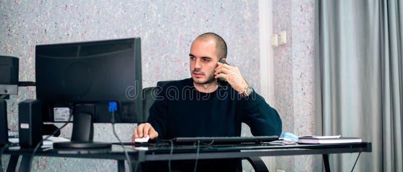 Multi-tasking zakenman die op mobiele telefoon spreken royalty-vrije stock afbeelding