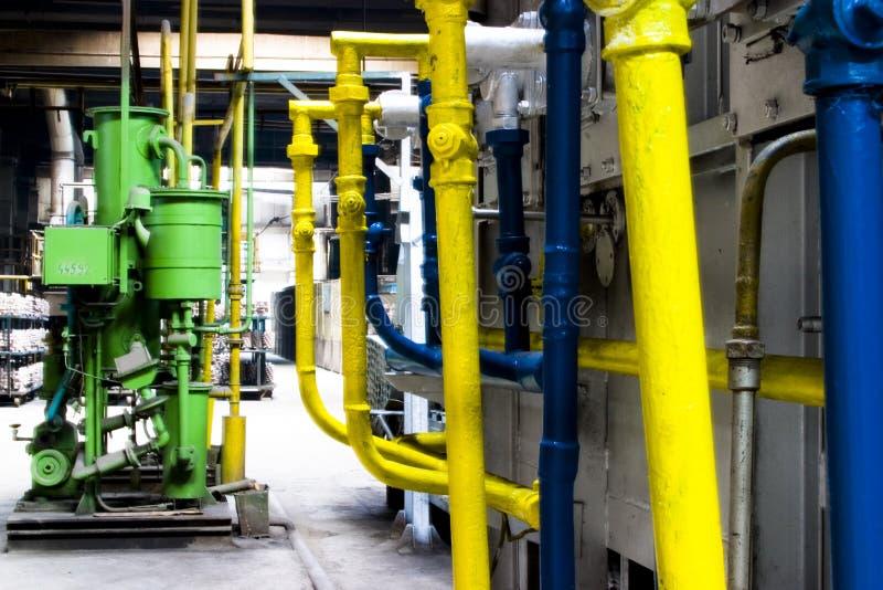 Multi tubi colorati della fabbrica immagine stock libera da diritti