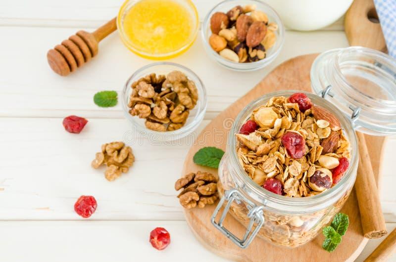 Multicereal eigengemaakte organische granola met een mengsel van noten, droge kersen, honing, kaneel en yoghurt stock fotografie