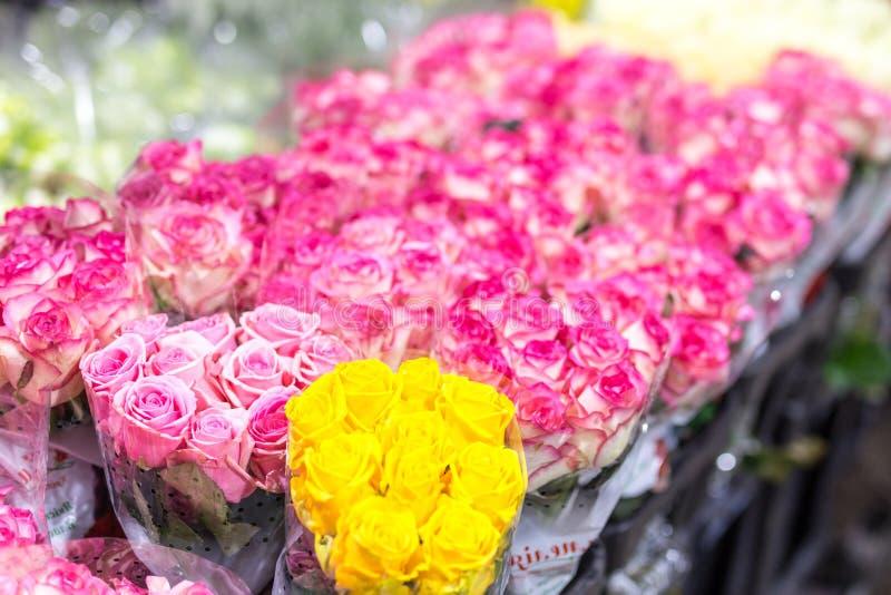 multiclored玫瑰花束  新鲜背景的花 卖花人服务 结婚礼物批发花店 花存贮a 库存照片