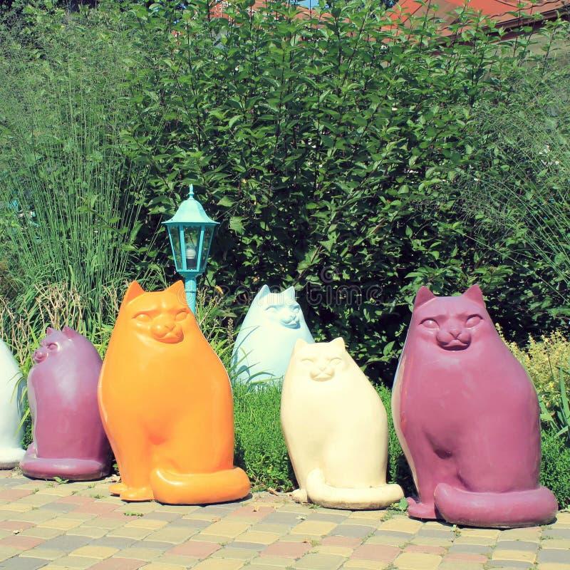 Multicolor керамические статуи кота в саде стоковое фото