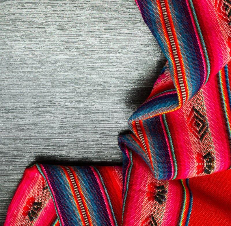 Multicolor сделанная по образцу ткань на деревянной предпосылке Текстура тканья скатерть скопируйте космос стоковые фотографии rf