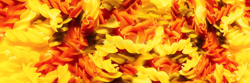 Multicolor сырцовый конец-вверх fusilli макаронных изделий Взгляд сверху Абстрактная предпосылка еды изображение панорамное стоковая фотография rf
