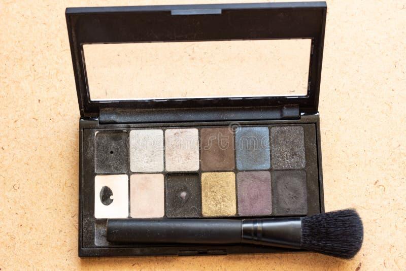 Multicolor тени для век палитры для составляют как образец косметического продукта на черном паллете Косметический паллет Космети стоковая фотография rf