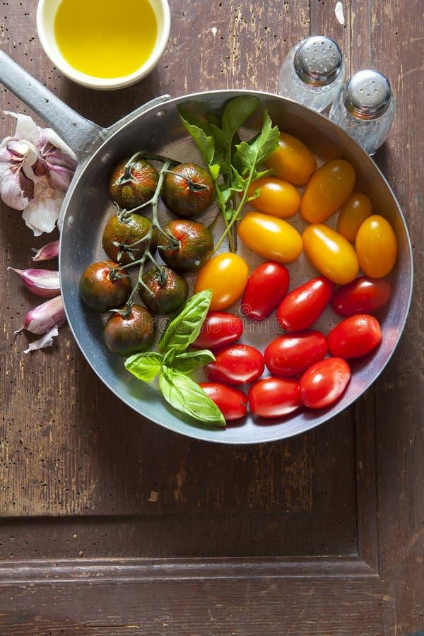 Multicolor czerwień i żółci czereśniowi pomidory w aluminiowej niecce dla obraz royalty free