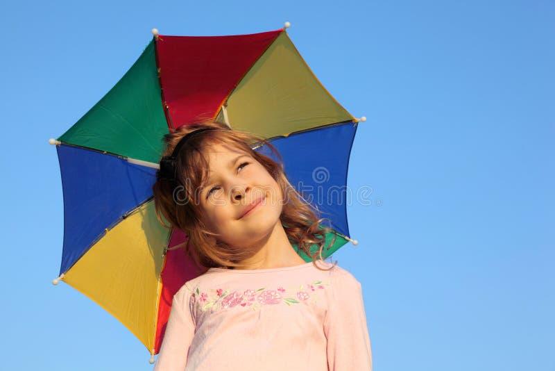 multicolor regnbågeparaply för flicka arkivbilder